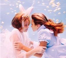 唯美童真水下摄影《爱丽丝漫游仙境》