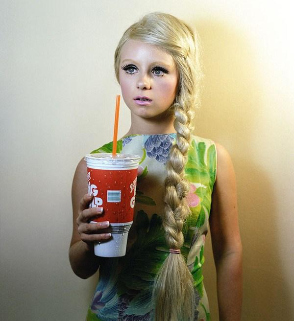 希区柯克式的女摄影Alex Prager