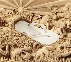 沙雕上的拖鞋海报