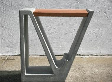 用水泥和木头做成的杂志桌