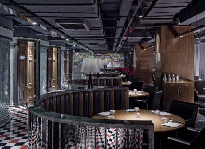 欧式家具经过设计师的精挑细选,散落在餐厅中的每一处,他们也是故事中