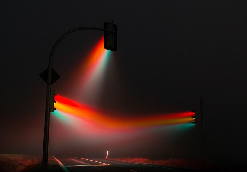 迷雾下朦胧的交通信号灯