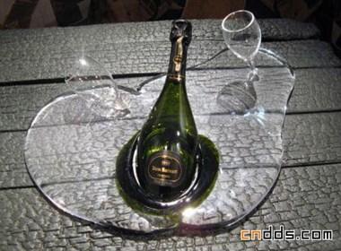融化造型的红酒餐具