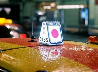 日本出租车的炫彩顶灯