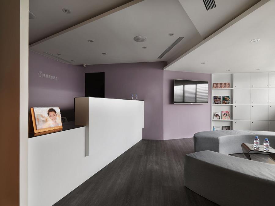 项目名称:乔雅时尚诊所 项目地址:上海 设计说明:美的信仰,来自于臻至完美的追求与自我期待,进而推动通往至美殿堂的医美中心林立,已达三十年屋龄的住办大楼,制式方整的格局切割,对机能各异的美容疗程室而言稍嫌浪费,坚信「美的区域」需具备一定的质感,重新擘划格局动线,以彩蝶线条为架构,意喻破茧而出的重生概念。