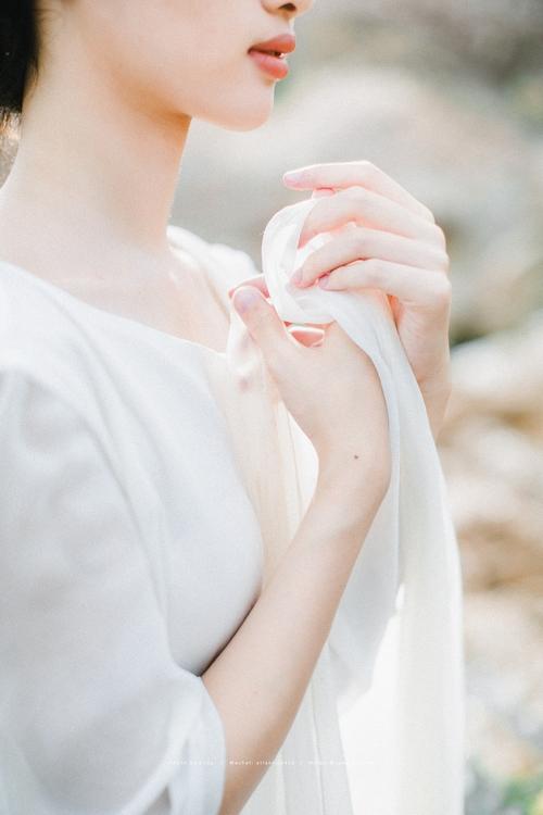 浸润在海水里的裙裾,漫过之间和发梢的微光