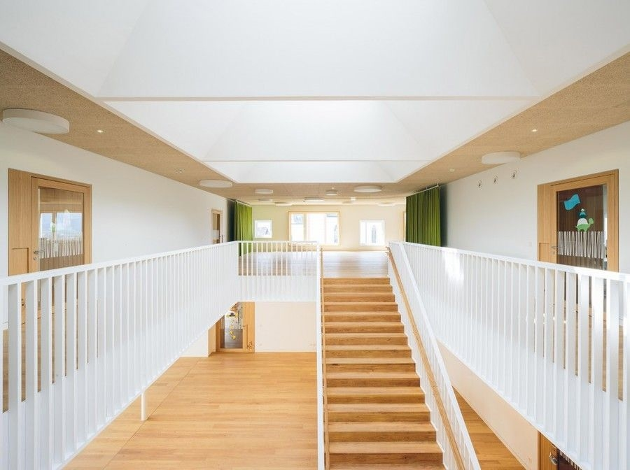 该幼儿园的装修风格以欧式线条为主,用的是实木地板,实木地板不仅可以