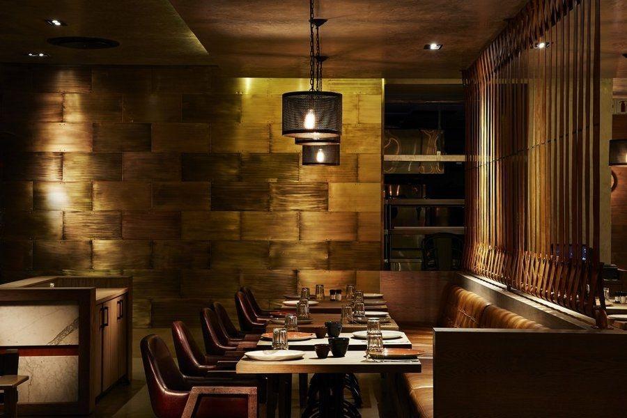 该西餐厅的装修风格是欧式古典,怀旧古典的灯饰,巨型的人物肖像画,以
