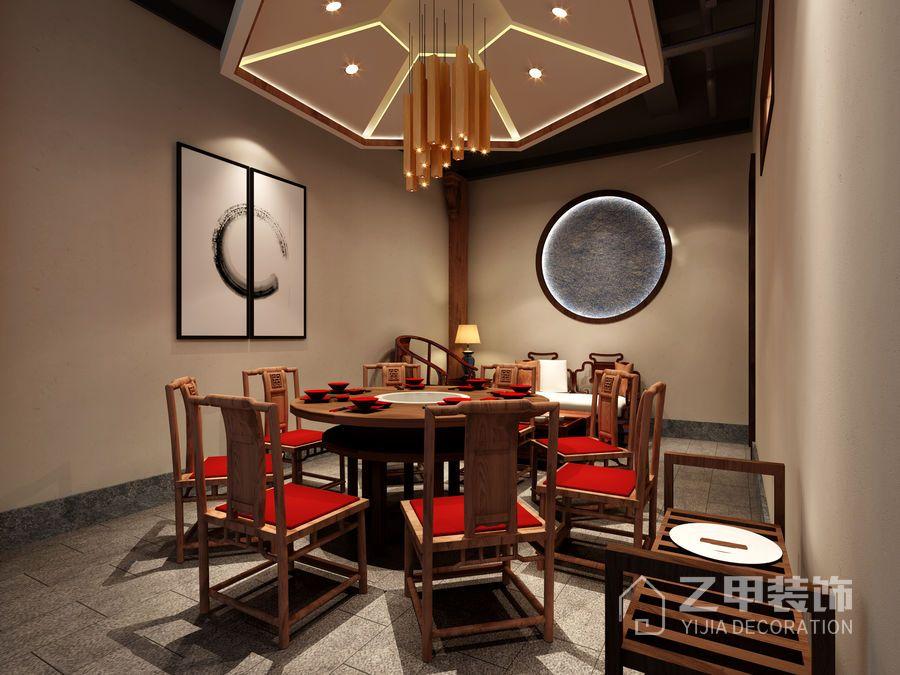 该火锅店设计有许多古典的元素,腾飞的中国龙,色彩斑斓的特色脸谱,出