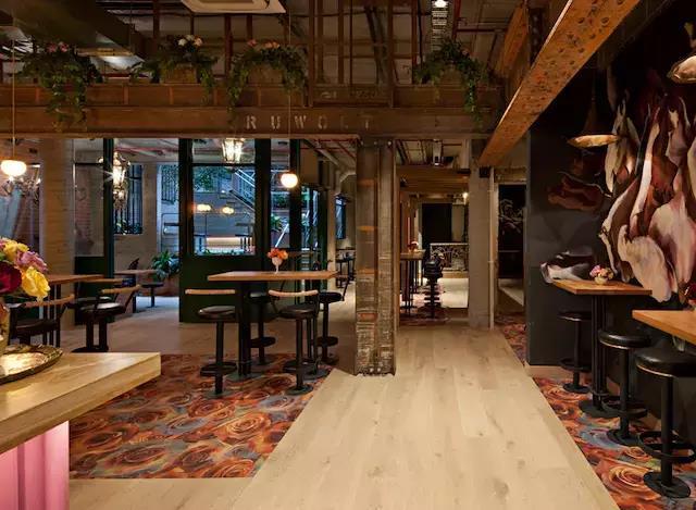 融合工业风和复古风的青海啤酒吧花园餐厅设计装修