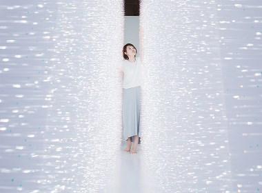她眼里的光,她心灵的感觉场,有没有撩动你?  日本艺术家装置光感觉场触点撩动