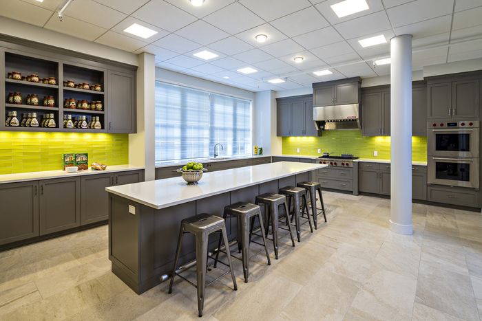 设计单位:岚禾装饰设计 设计团队一致认同的办公室应该有的重要共同核心价值,新的办公室环境就应该营造出这样的感觉,就像第二个家一样,所有功能都应该齐全。 设计师想抓住公司的精髓,文化、荣誉,运用在办公室设计上。 一楼的是聚会和合作空间,内有公用厨房、餐厅、会议室和户外庭院。