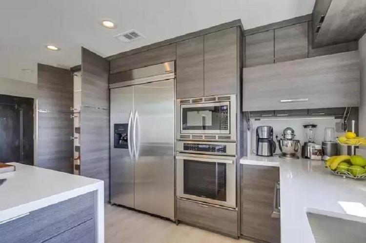 2.裝好櫥柜再選電器 現代廚房必不可缺的就是消毒柜、煙機和爐灶三大廚電,另外還有烤箱、微波爐等。有些住戶還會把冰箱、洗衣機嵌入到櫥柜中。但是,櫥柜廠家和廚電廠家一般都有自己的準則,所以要先配好電器再找櫥柜方定制尺寸。如果不想跑多個建材市場以及電器城,就選整體櫥柜---櫥柜、廚電一起配套設計,省事。