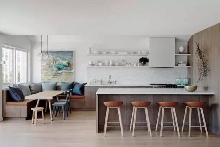1.等廚房裝修完再選櫥柜   按照常規我們會覺得先裝修好再買家具,但現代廚房的裝修已經不僅是簡單的擺放柜子和煤氣爐了,廚房的設計會涉及到水管、電線、插座、煤氣管接口、煙機出氣孔,還可能是地漏等等。櫥柜是按照住戶家廚房來設計,設計好了櫥柜就可以進行前面提到的工序,柜子入場后就可以馬上安裝。