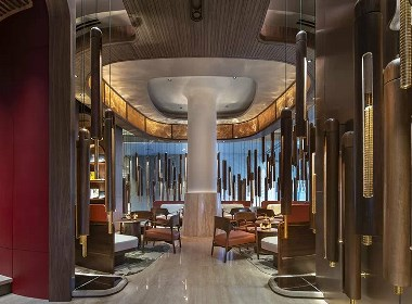 餐厅的设计以蓝色为基调,同时也使用了大量的黄铜及木纹,冷暖色调的碰撞,营造浓郁的艺术氛围。