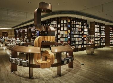 以书店为焦点,分布在其周围的店铺使用了相同色调,相互协调,融为一体。