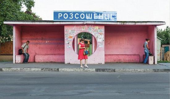 热闹的粉红色公交车站.jpg