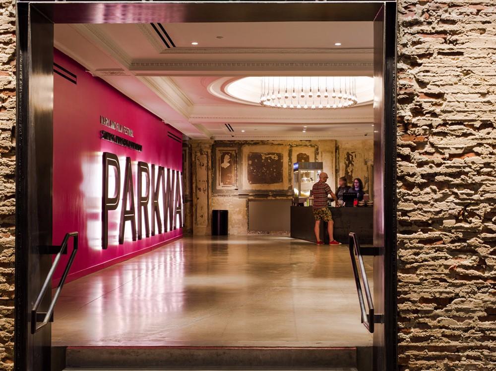电影节会场入口大厅,新材料与旧建筑形成强烈对比。.jpg
