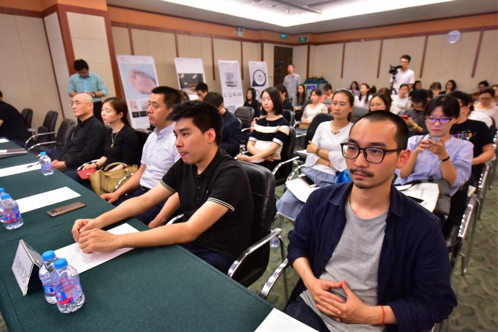 众多媒体与参赛设计师参加见面会.jpg