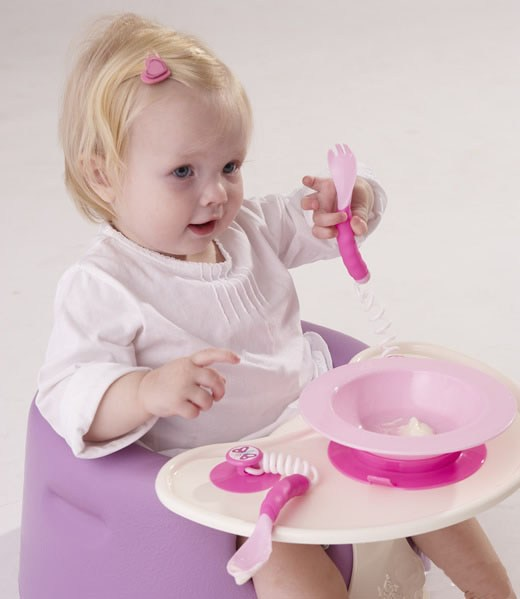 新秀设计师Wendy Boudewijns2005年才刚毕业於Eindhoven设计学院,为RoyalVKB所设计并推出的Puzzle儿童餐具,便获大奖。这款专为儿童所设计的餐具,颜色鲜艳亮丽,每一件餐具固定位置,包含餐盘的不规则形状,不但可以训练小朋友的逻辑能力,同时,也能即早训练小朋友西餐餐具的摆放位置。